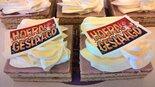 Oranjekoek-vierkant-gesneden-met-geslaagd