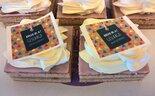 Oranjekoek-vierkant-gesneden-met-hoera-geslaagd-gefeliciteerd
