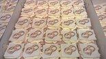 Oranjekoek-vierkant-gesneden-met-foto-of-logo